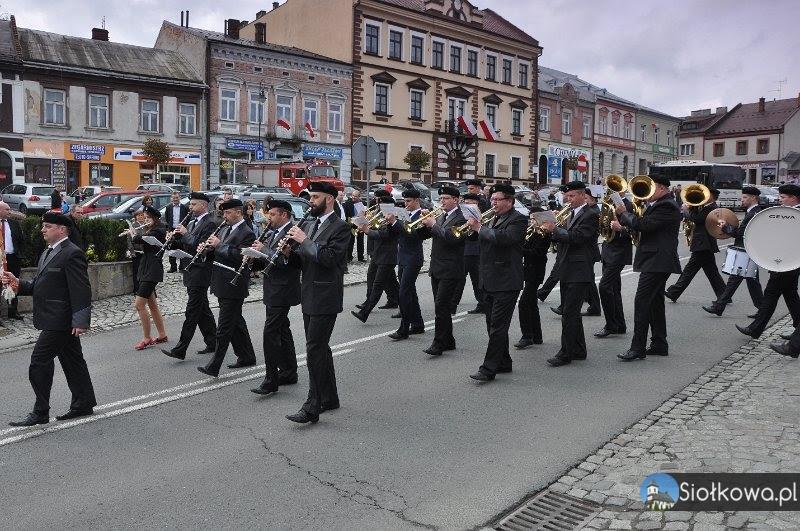 Chór i Orkiestra z Siołkowej na pochodzie 3 majowym